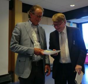 klein_De Lange overhandigt boek aan prof Hoek